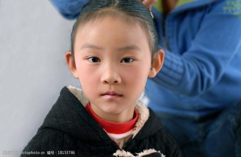 盘头发小女孩图片