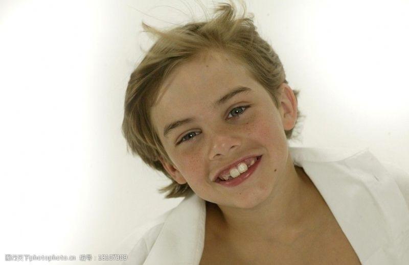 雀斑快乐的孩子图片