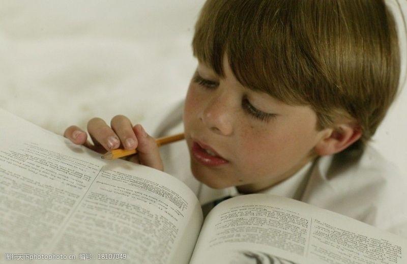 雀斑学习的男孩图片