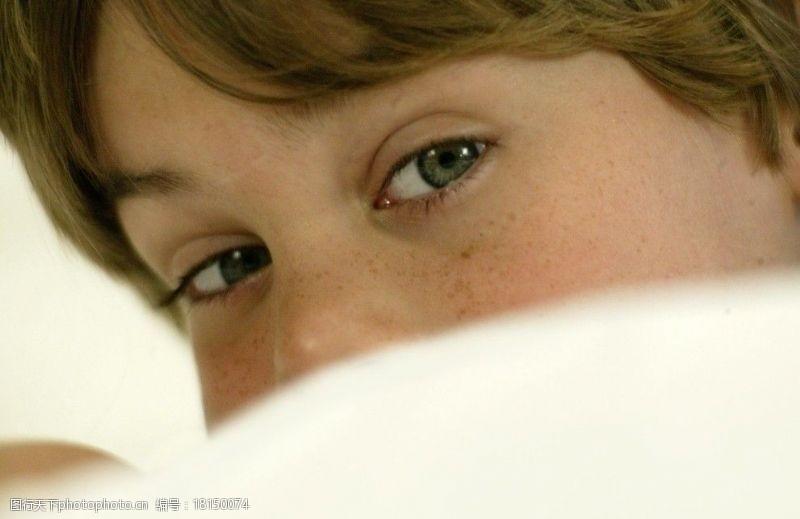 雀斑男孩眼神图片