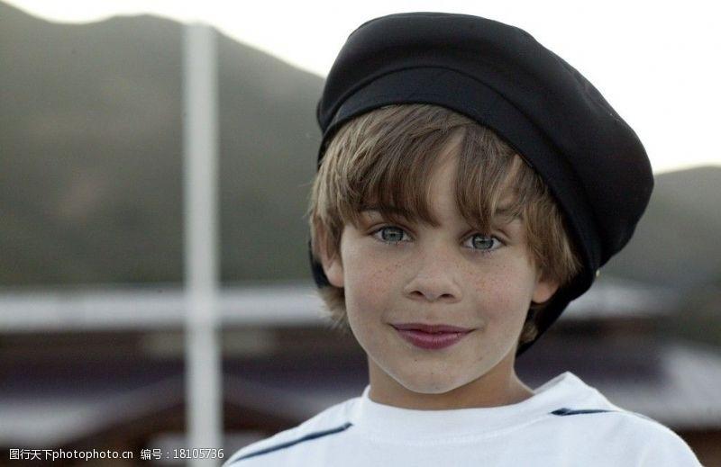 雀斑海滨戴帽子的可爱男孩图片