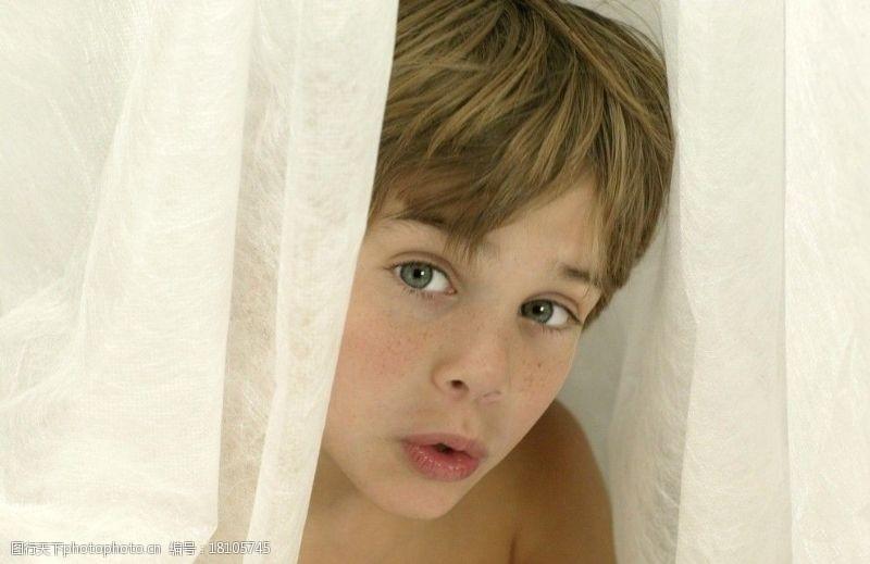 雀斑向外看的男孩图片